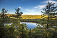Terrain en montagne jumelé à un terrain privé au bord de l'eau