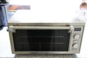 DeLonghi 1400W 0.5 Cu. Ft. Digital Convection Toaster Oven
