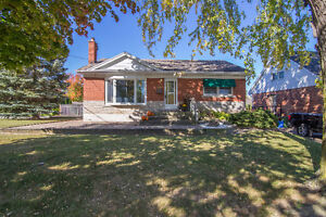 CUTE AS A BUTTON 2 BEDROOM BRICK BUNGALOW IN STONEY CREEK