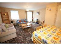 2 bedroom flat in Cottington Road, FELTHAM, TW13