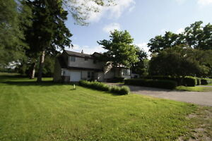 Live in Country Sunningdale & Wonderland 1700 Sq Ft 2 Bed + Den
