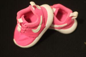 Chaussure NIKE pour bébé fille ROSE (NEUF!)