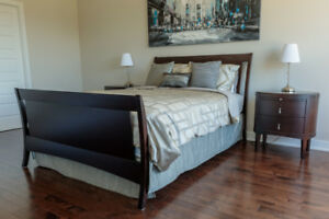 Grand lit (bois) / Queen bed (wood)