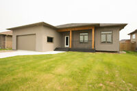Home in Niverville 17 min to Winnipeg Stunning Custom Features