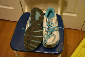 Women's Adidas runners sz 8 (used, selling for cheap)