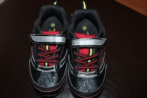 ALMOST NEW SIZE 10 LITTLE BOYS LIGHT UP SHOES $12