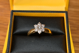 18ct Yellow gold engagement ring cluster diamond