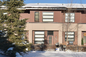 2 Storey Southwest Facing Townhome om Aspen Hills
