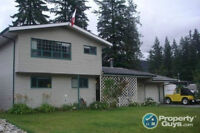 House in Sicamous Just Steps From the Lake