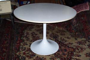 MID-CENTURY MODERN SAARINEN STYLE TULIP DINING TABLE