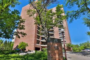 Wellington Cres - Renovated Condo in Prestige Riverside Building