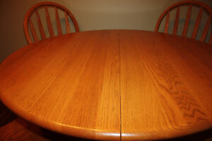 Solid Oak Table w/ 4 Chairs & 2 Leafs FOR SALE Kitchener / Waterloo Kitchener Area image 4