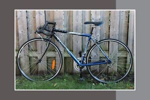 vélo de route DECATHLON 7.1 (marque francaise) trés bon état.