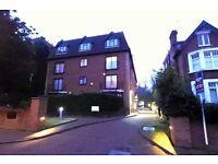 3 bedroom flat in Holden Avenue, Woodside Park, N12