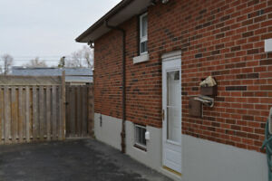 **{LOWER LEVEL-9'ceiling Lux. home in Hamilton Mountain}**