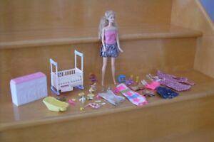Barbie maman, bébé, vêtements et meuble