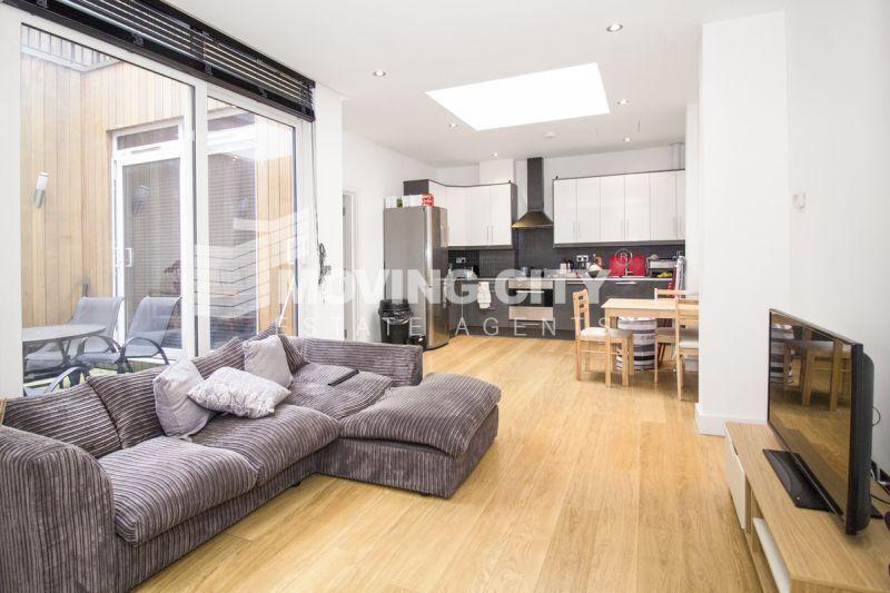 2 bedroom flat in Holloway Road, N7