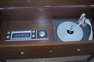 1961 RCA VICTOR EARLY FM & AM WITH RECORDPLAYER