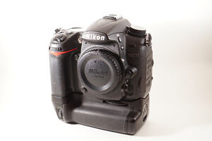 Nikon D7000 body with grip and remote