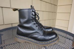DR MARTENS 1460 CLASSIC 8 EYE BOOTS ( Mens 7 / Womens 8)