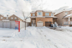 Beautiful and well kept semi detached ,near to Mississauga