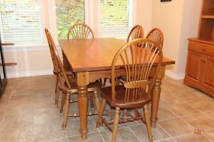 Harvest dining room table with 6 chairs Gatineau Ottawa / Gatineau Area image 1