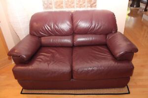Burgundy leather loveseat  2-seater in excellent condition $150