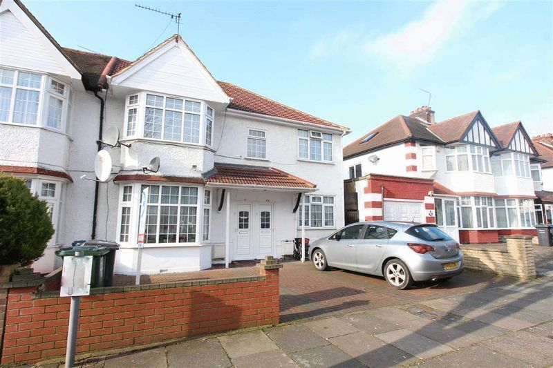 4 bedroom flat in Fairfield Crescent, Edgware, HA8