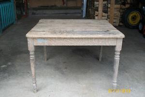 Très belle vieille table et très solide.