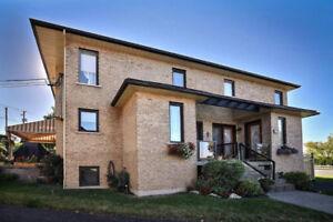 Magnifique condo sur 2 étages avec garage privé . 368 de L'Iris.