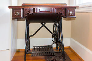 Antique WHITE sewing machine Stratford Kitchener Area image 1