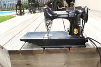 VINTAGE  SINGER FEATHERWEIGHT SEWING MACHINE