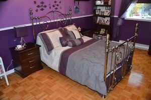 Lit Brass / Brass bed