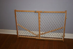 Solid Wood Safety Gate. Very good quality. Great condition.