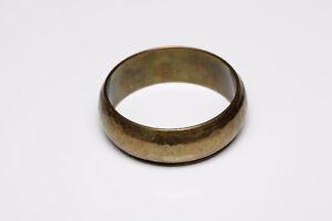 Bracelet large en métal martelé doré