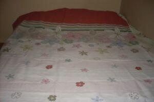 Housse de couette pour lit simple, réversible et très propre.