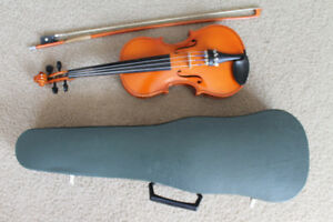 1/2 size violin  in good condition (with case, rosin, bow)
