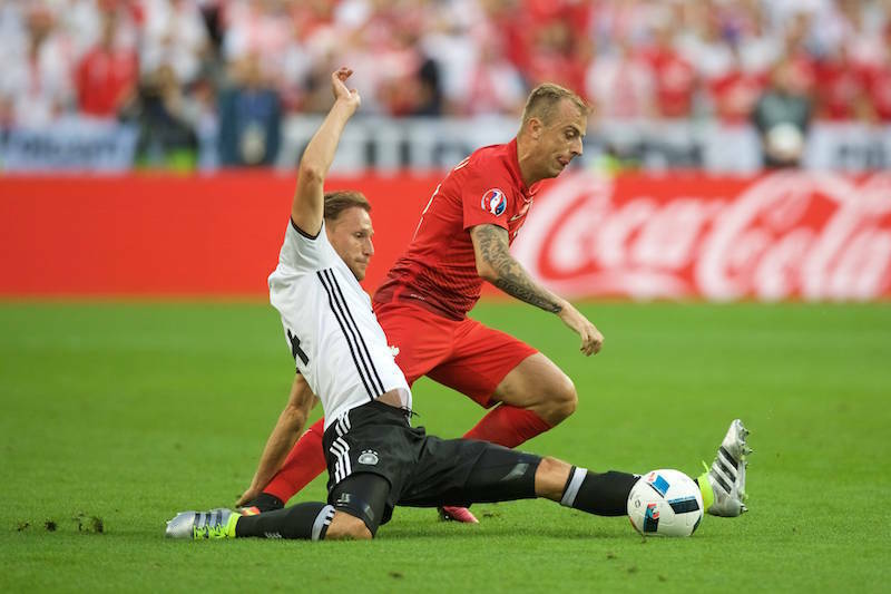 Benedikt Höwedes gibt im selben Modell gegen Polen alles. (Bild: Imago)