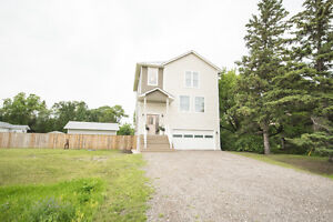 Gorgeous New Home in Lorette, 3 beds 3 baths & garage