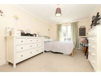 2 bedroom flat in Essex Road, London, N12