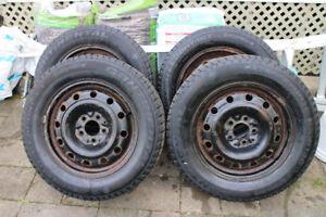 4 pneus d'hiver Continental 225/60/R16 sur jante