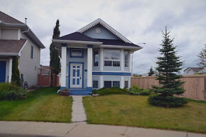 Beautiful 2 bedroom bi-level House located in a quiet Cul-de-sac