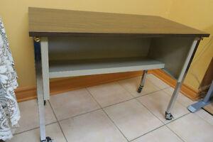 TABLE UTILITAIRE DE BUREAU SUR ROULETTES
