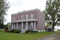 Maison ancestrale avec vaste terrain à St-Hubert