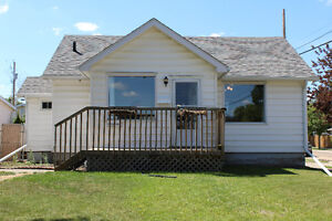 DOESN'T GET ANY CUTER THAN THIS HOME IN CAMROSE!!