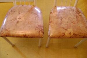 2 Chaises de cuisine tres propres  $15.00 pour les 2
