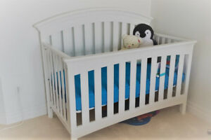 Beautiful barely used white crib + Mattress - Negotiable