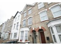 3 bedroom flat in Holly Park Road, New Southgate, N11