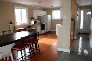 Beautiful 3 Bedroom / 2 Bathroom House at East End Windsor