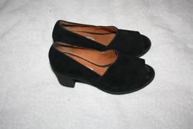 Womens size 5 heeled shoes